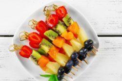 Espetinho de frutas com mel
