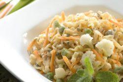 NISSIN talharim com legumes e hortelã