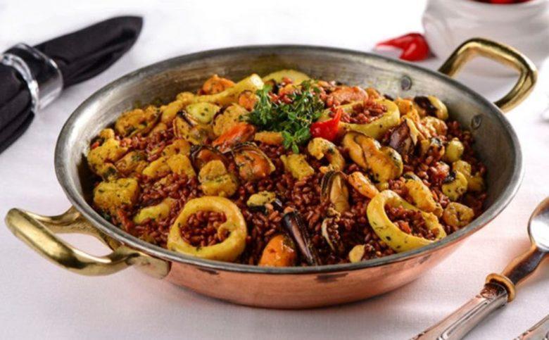 Risoto de arroz vermelho com frutos do mar