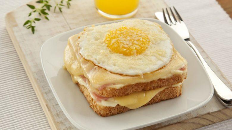 Sanduíche de queijo quente e ovo
