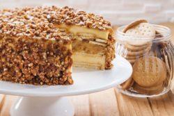 Torta de biscoito Maria com doce de leite e crocante de castanha