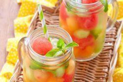 Água aromatizada com bolinhas de melão