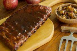 Costelinha suína com chutney de maçã