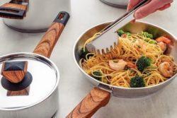 Espaguete com camarão e brócolis
