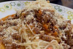 Espaguete à bolonhesa com farofa apimentada