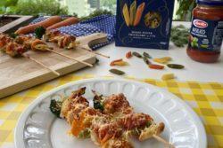 Mezze Penne Tricolore no espeto com frango e vegetais