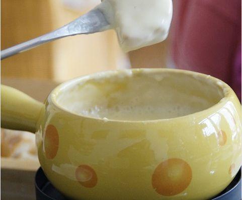 Fondue de queijo com leite